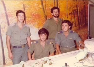 יוסי זמירה מפקד השלב עם המדריכים אמיר הלפרין, בנדה וכוכבי
